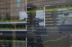 """Экран с котировками на форуме """"Россия зовет"""" в Москве 1 октября 2014 года. Российские фондовые индексы снижались на протяжении торгов четверга под влиянием дешевеющей нефти, и валютный индикатор РТС опустился ниже 1.100 пунктов впервые с 18 марта, приближаясь к минимуму года, несмотря на сегодняшний легкий отскок рубля к доллару. REUTERS/Maxim Shemetov"""