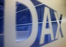 Логотип DAX на фондовой бирже во Франкфурте-на-Майне 8 сентября 2014 года. Европейские фондовые рынки растут после наиболее резкого за последние месяцы падения, в частности, за счет бюджетной авиакомпании easyJet. REUTERS/Kai Pfaffenbach