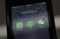 La Commission européenne a autorisé vendredi le rachat de la messagerie instantanée sur mobile WhatsApp par Facebook pour 19 milliards de dollars (14,9 milliards d'euros). /Photo d'archives/REUTERS/Barry Huang