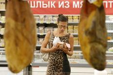 Женщина в магазине Ашан в Москве 18 августа 2014 года. Инфляция в России в сентябре 2014 года ускорилась до 8,0 процента с 7,6 процента месяцем ранее, а в месячном исчислении потребительские цены выросли на 0,7 процента по сравнению с 0,2 процента в августе, сообщил Росстат. REUTERS/Maxim Zmeyev