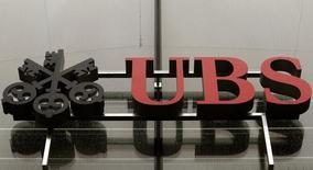 Gotas de lluvia cubren el logo de UBS en sus oficinas en Zurich. Imagen de archivo, 29 julio, 2014. UBS podría enfrentar una multa de hasta 6.300 millones de dólares de ser hallado culpable en una investigación en Francia que busca esclarecer si el mayor banco de Suiza ayudó a adinerados clientes a evadir impuestos, reportó el viernes un diario.  REUTERS/Arnd Wiegmann