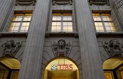 Les juges français en charge de l'enquête sur un blanchiment de fraude fiscale présumé par UBS ont évalué à un montant record de 4,88 milliards d'euros l'amende qui pourrait être infligée à la banque suisse si elle est reconnue coupable, selon une source proche du dossier.  /Photo d'archives/REUTERS/Arnd Wiegmann