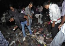 Indianos procuram seus pertences após tumulto em festival hindu em Patna, no leste da Índia, nesta sexta-feira. 03/10/2014 REUTERS/Stringer