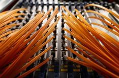 Deutsche Telekom, Orange et Telefonica n'ont pas tenté d'évincer des concurrents sur le marché de l'internet, a annoncé la Commission européenne vendredi, refermant un dossier emblématique des conflits entre les opérateurs télécoms et les sociétés de la toile. /Photo d'archives/REUTERS/Alessandro  Bianchi