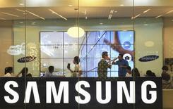 Samsung Electronics prévoit d'investir 14,7 milliards de dollars (11,7 milliards d'euros) dans la construction d'une usine de semi-conducteurs en Corée du Sud, pariant sur cette activité dans le contexte de baisse des bénéfices de sa division smartphones. /Photo prise le 11 avril 2014/REUTERS/Beawiharta