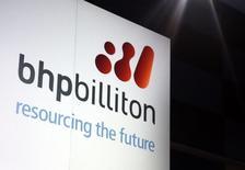 BHP Billiton veut réduire de plus d'un quart ses coûts de production de minerai de fer tout en augmentant la production de ses gisements afin de ravir à Rio Tinto le titre de producteur le moins cher du monde. /Photo d'archives/REUTERS/David Gray