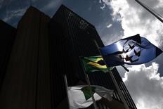 Una bandera brasileña afuera de la sede del Banco Central de Brasil en Brasilia. Imagen de archivo, 15 enero, 2014. Economistas recortaron sus previsiones para el crecimiento económico de Brasil en el 2014 a un 0,24 por ciento, desde un pronóstico previo de 0,29 por ciento, mostró el lunes el sondeo semanal Focus del Banco Central. REUTERS/Ueslei Marcelino