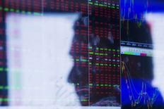 Face de um operador refletida em monitores da bolsa em Nova York  29/09/ 2014. REUTERS/Lucas Jackson