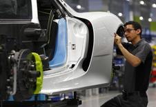 Operário trabalha em linha de montagem da marca Porsche em Stuttgart-Zuffenhausen, na Alemanha. 2/07/2013.  REUTERS/Michaela Rehle
