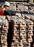 Un trabajador revisa un cargamento de cobre para exportación de Codelco en el puerto de Ventanas, Chile, abr 16 2012. El cobre cayó el martes ante preocupaciones por el crecimiento económico de China, el mayor consumidor de metales, mientras que el níquel subió por tercera sesión debido a que inversores prevén que una escasez de suministros finalmente comience a afectar al mercado en los próximos meses.   REUTERS/Eliseo Fernandez