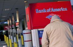 Una persona utiliza un cajero del Bank of America en Greenville, EEUU, ene 28 2012. El crédito a los consumidores aumentó menos de lo esperado en agosto y el crecimiento del mes previo fue revisado a la baja, una señal de cautela sobre el ritmo de la expansión económica. REUTERS/Chris Keane