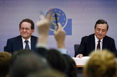 """El presidente del Banco Central Europeo, Mario Draghi, y el vicepresidente, Vitor Constancio, durante una conferencia de prensa mensual en Frankfurt. Imagen de archivo, 3 julio, 2014. El Banco Central Europeo ha ingresado en una nueva fase de política monetaria con sus recientes medidas de estimulo, dijo su vicepresidente Vitor Constancio, prometiendo encaminar """"significativamente al alza"""" la hoja de balance del BCE. REUTERS/Ralph Orlowski"""