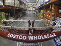 O lucro da varejista norte-americana Costco Wholesale superou as estimativas dos analistas pela primeira vez em cinco trimestres, ajudado por fortes vendas antes da volta às aulas e maiores receitas com clientes associados. REUTERS/Mike Blake
