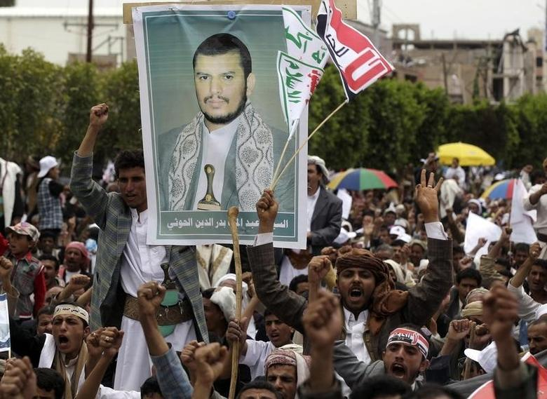 Supporters of the Shi'ite Houthi attend hold a poster of the group's leader Abdul-Malik al-Houthi during an anti-government rally in Sanaa August 29, 2014. REUTERS/Khaled Abdullah