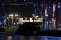 Les exportations allemandes ont baissé de 5,8% en août, leur plus fort recul depuis janvier 2009, au plus fort de la crise financière, un indice supplémentaire de l'affaiblissement de la première économie européenne. /Photo prise le 18 septembre 2014/REUTERS/Fabian Bimmer