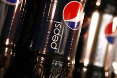 Botellas de Pepsi durante un evento en Nueva York. Imagen de archivo, 22 marzo, 2010. PepsiCo Inc dijo el jueves que aumentó su proyección de ganancias anuales por acción, luego de que sus utilidades trimestrales crecieron por las fuertes ventas de refrigerios. REUTERS/Mike Segar