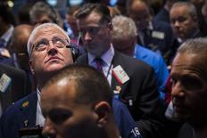 Un grupo de operadores en la bolsa de Wall Street en Nueva York, oct 2 2014. Las acciones caían el jueves en la bolsa de Nueva York, debido a que las preocupaciones por el crecimiento económico global llevaron a los inversores a tomar ganancias tras las grandes alzas registradas en la sesión anterior. REUTERS/Lucas Jackson
