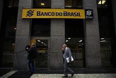 Homem passa na frente de agência do Banco do Brasil no Rio de Janeiro. REUTERS/Pilar Olivares (REUTERS - Tags: BUSINESS LOGO)