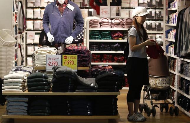 10月10日、内閣府が発表した9月消費動向調査によると、消費者態度指数(一般世帯)は、前月から1.3ポイント低下の39.9となった。都内で9月撮影(2014年 ロイター/Yuya Shino)