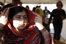 """Пакистанская девочка Малала Юсуфзай покидает конференцию в иорданском городе Эль-Мафрак 18 февраля 2014 года. Нобелевскую премию мира 2014 года получили пакистанская девочка Малала Юсуфзай и индийский правозащитник Кайлаш Сатьяртхи за """"их борьбу против угнетения детей и молодежи и за всеобщее право детей на образование"""". REUTERS/Muhammad Hamed"""
