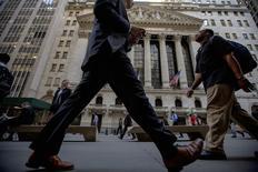 Transeúntes pasan frente la Bolsa de Nueva York. Imagen de archivo, 15 septiembre, 2014. Las acciones bajaban el viernes en la apertura en la bolsa de Nueva York debido a que persisten las preocupaciones sobre el crecimiento económico mundial, provocando que los principales índices se encaminaran a terminar la semana con una fuerte caída. REUTERS/Brendan McDermid