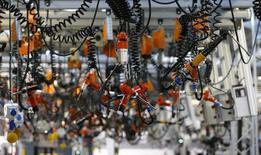 Una serie de herramientas en el techo de la planta de la firma automotriz Mercedes AMG en Affalterbach, Alemania, sep 9 2014. El Fondo Monetario Internacional está bastante preocupado por la desaceleración económica en Alemania porque apunta a una crecimiento económico más flojo para toda la zona euro, dijo el viernes el vicedirector del Departamento Europeo del organismo, Mahmood Pradhan. REUTERS/Kai Pfaffenbach