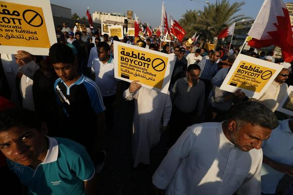 Protesters holding a signs march during a rally organised by Bahrain's main opposition party Al Wefaq in Budaiya, west of Manama September 19, 2014.  REUTERS/Hamad I Mohammed