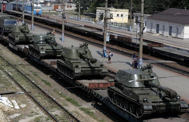 A freight car loaded with self-propelled howitzers is seen at a railway station in Kamensk-Shakhtinsky, Rostov region, near the border with Ukraine, August 24, 2014. REUTERS/Alexander Demianchuk