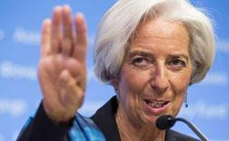 """Christine Lagarde, directrice générale du Fonds monétaire international (FMI). Les représentants des 188 pays membres du FMI, réunis à Washington, ont souligné la nécessité de prendre des """"mesures audacieuses"""" pour soutenir la reprise économique dans le monde. /Photo prise le 11 octobre 2014/REUTERS/Joshua Roberts"""