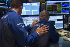 Le S&P 500 inscrivait un nouveau pic historique il y a un mois à peine, mais la volatilité est brusquement revenue sur le marché actions et, pour la première fois depuis le début de l'année, les investisseurs pensent que l'accès de faiblesse de Wall Street pourrait durer plus que quelques jours. /Photo prise le 2 octobre 2014/REUTERS/Lucas Jackson