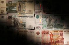 Рублевые купюры в Москве 30 сентября 2014 года. Рубль дешевеет утром понедельника из-за падения нефтяных цен, а также локального дефицита валюты при ограничении доступа к западным ресурсам. REUTERS/Maxim Zmeyev