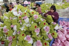 Trabajadores hacen muñecos rellenos que exportan a Europa y América en una fábrica de juguetes en Lianyungang. Imagen de archivo, 8 octubre, 2014. El desempeño de las exportaciones y las importaciones de China en septiembre superó fácilmente los pronósticos, y las importaciones mostraron un dinamismo inesperado, ayudando a aliviar las preocupaciones sobre el deterioro de la demanda interna en la segunda mayor economía del mundo. REUTERS/China Daily