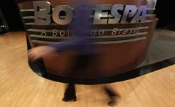 Una mujer pasa frente al logo de Bovespa de la Bolsa de Brasil en Sao Paulo. Imagen de archivo, 4 agosto, 2011.  El principal índice de acciones de Brasil subía con fuerza el lunes tras unos reportes sobre las elecciones presidenciales que eran evaluados positivamente por los inversores. REUTERS/Nacho Doce