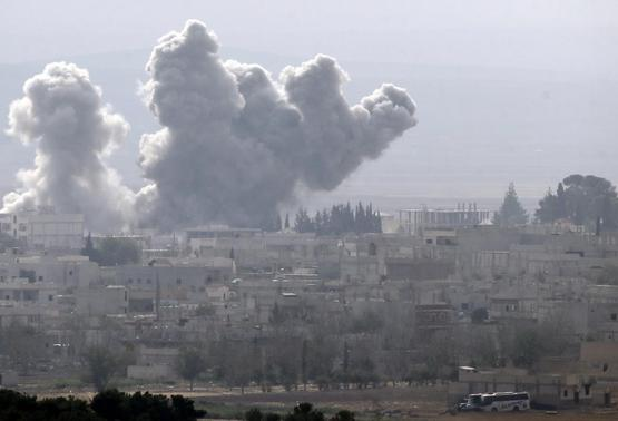 Smoke rises from the Syrian town of Kobani, seen from near the Mursitpinar border crossing on the Turkish-Syrian border in the southeastern town of Suruc in Sanliurfa province October 14, 2014. REUTERS-Umit Bektas