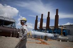 Un trabajador camina en una instalación petrolera operada por la venezolana PDVSA en Morichal. Imagen de archivo, 28 julio, 2011. Es improbable que la Organización de Países Exportadores de Petróleo (OPEP) convoque una reunión de emergencia como propone Venezuela, dijeron el martes dos fuentes del grupo, en una señal de que la entidad no tiene prisa por discutir una respuesta colectiva al fuerte descenso de los precios del crudo.   REUTERS/Carlos Garcia Rawlins