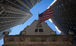 Wall Street a ouvert en hausse mardi après son net recul de la veille, l'attention des investisseurs se focalisant sur une salve de résultats trimestriels. Quelques minutes après le début des échanges, le Dow Jones gagnait 0,14%, le S&P-500 progressait de 0,32% et le Nasdaq prenait 0,76%. /Photo d'archives/REUTERS/Carlo Allegri