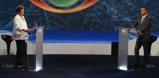 Candidato à Presidência da República Dilma Rousseff (PT) e Aécio Neves (PSDB) durante primeiro debate no segundo turno das eleições 2014, em São Paulo. 14/10/2014. REUTERS/Paulo Whitaker