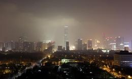 Edificios se ven a través de la neblina durante la noche en el distrito financiero de Beijing. Imagen de archivo, 30 enero, 2014. La tasa de inflación de China se desaceleró más que lo esperado en septiembre a su nivel más débil en cinco años, sumándose a las preocupaciones de que el crecimiento mundial está perdiendo impulso rápidamente. REUTERS/Jason Lee
