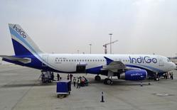 Самолет авиакомпании IndiGo в аэропорту Бангалора 7 марта 2012 года. Индийский бюджетный авиаперевозчик IndiGo заказал 250 самолетов A320 производства Airbus, сообщили компании в среду. REUTERS/Vivek Prakash