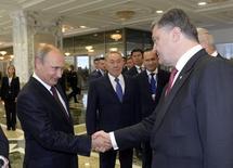 Presidente russo, Vladimir Putin, cumprimenta o presidente ucraniano, Petro Poroshenko, durante um encontro bilateral em Minsk, no Cazaquistão. 26/08/2014. REUTERS/Sergei Bondarenko/Kazakh Presidential Office/Pool