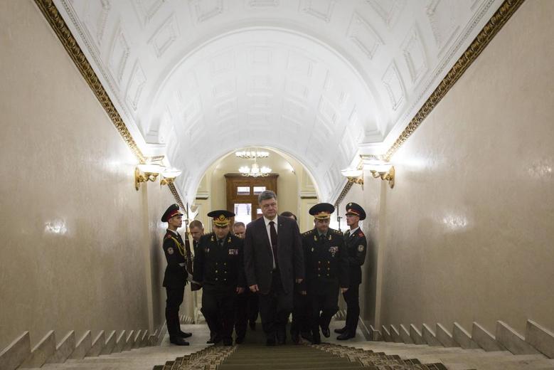 Ukraine's President Petro Poroshenko (front) visits the defence ministry headquarters in Kiev, October 15, 2014. REUTERS/Ukrainian Presidential Press Service/Mikhail Palinchak