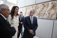 Advogada Amal Alamuddin Clooney, no Museu da Acrópole, em Atenas,, ao lado do ministro da Cultura e Esportes grego, Konstantinos Tasoulas (D), e o presidente do museu,  Dimitris Pantermalis. 15/10/2014 REUTERS/Yorgos Karahalis