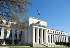 """El edificio de la Reserva Federal en Washington, abr 3 2012. La economía de Estados Unidos se expandió a un ritmo de """"modesto a moderado"""" en gran parte del país en las últimas semanas, dijo el miércoles la Reserva Federal, lo que ofrece la visión de un crecimiento económico estable pese a las recientes señales de debilidad.  REUTERS/Joshua Roberts"""