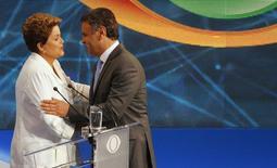 Presidenciável do PSDB, Aécio Neves, cumprimenta a presidente Dilma Rousseff, candidata à reeleição pelo PT, antes de debate em São Paulo. 14/10/2014. REUTERS/Paulo Whitaker