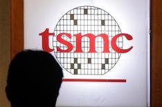Taiwan Semiconductor Manufacturing (TSMC), le numéro un mondial des sous-traitants de semi-conducteurs, a enregistré un bénéfice net record au troisième trimestre, dopé par la forte demande des fabricants de smartphones en prévision des fêtes de fin d'année. /Photo d'archives/REUTERS/Pichi Chuang