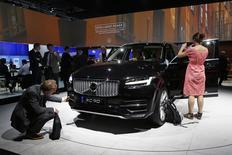 Le constructeur automobile Volvo, propriété du chinois Geely, va créer 1.300 emplois pour augmenter la production de son usine de Torslanda, en Suède, afin de répondre à la hausse de la demande pour ses nouveaux modèles, notamment le SUV XC90. /Photo prise le 2 octobre 2014/REUTERS/Benoit Tessier