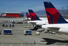 Delta Air Lines a annoncé jeudi un bénéfice trimestriel en baisse de 74% en raison d'une hausse des charges d'exploitation qui n'a pas permis à la compagnie aérienne américaine de tirer parti d'une bonne croissance du trafic. /Photo d'archives/REUTERS/Lucas Jackson