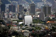 El centro de Caracas visto desde la cima de la montaña Ávila. Imagen de archivo, 25 agosto, 2014. La economía de Latinoamérica afronta años de débil crecimiento y volatilidad de mercados, de acuerdo a los resultados de un sondeo trimestral de Reuters que reveló un nuevo recorte, esta vez más acentuado, en las proyecciones de crecimiento para la región. REUTERS/Jorge Silva