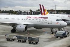 Les pilotes de la filiale Germanwings de Lufthansa se sont mis en grève jeudi pour protester contre un projet de pré-retraite, le septième mouvement social orchesté par le syndicat Vereinigung Cockpit (VC) cette année. /Photo prise le 16 octobre 2014/REUTERS/Ina Fassbender