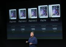 Phil Schiller, directeur commercial d'Apple, au siège du groupe à Cupertino. La marque à la pomme a présenté jeudi l'iPad Air 2, une version plus légère et rapide de sa tablette, ainsi que l'iPad mini 3, afin d'être le mieux positionné possible pour la cruciale période des fêtes de fin d'année. /Photo prise le 16 octobre 2014/REUTERS/Robert Galbraith